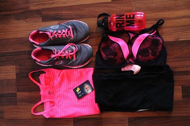 équipements de fitness pour femme : chaussure, gourde, haut