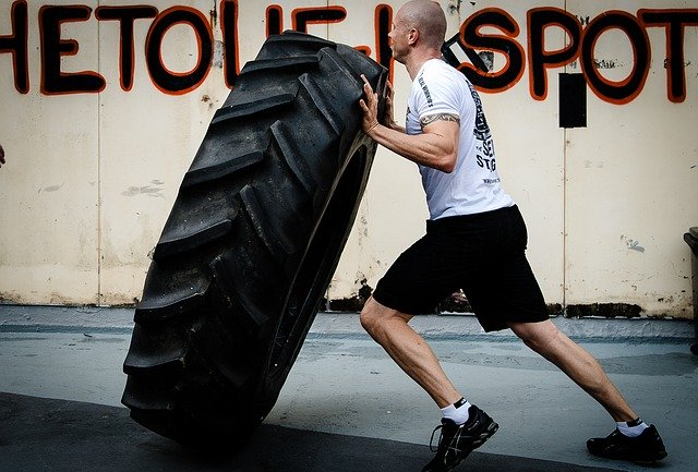 sportif en train de faire du crossfit